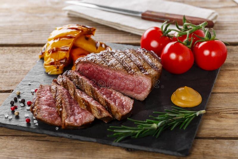 Grillad sällsynt nötköttbiff arkivbilder