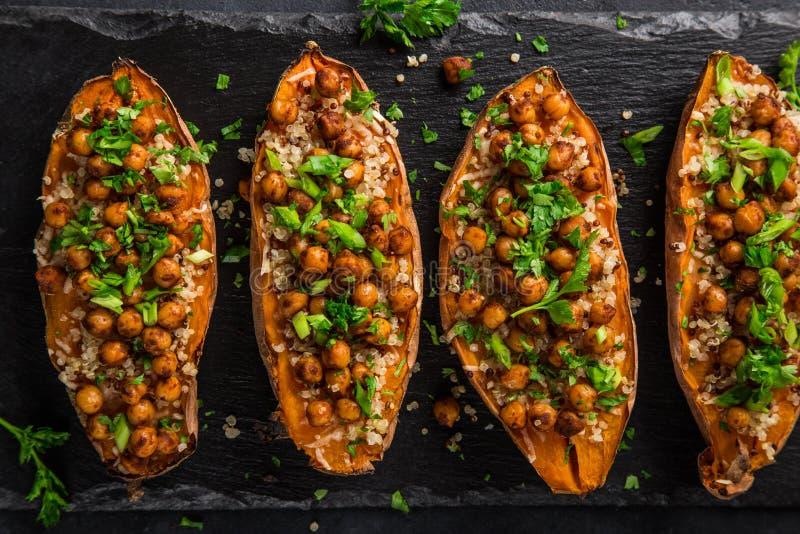 Grillad sötpotatis som är välfylld med kikärtar och quinoaen royaltyfria bilder
