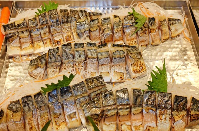 Grillad Saba fisk i magasinet, japansk mat royaltyfri fotografi