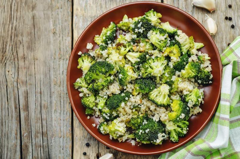 Grillad sallad för vitlökbroccoliquinoa arkivbild