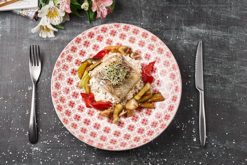 Grillad sittpinne för piksittpinne med grönsaker och risrisotto royaltyfria bilder