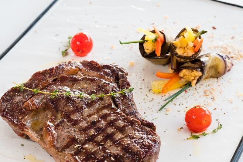 Grillad stek för restaurangmål bakgrund royaltyfri fotografi