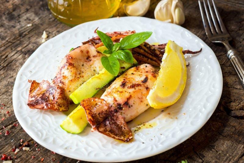 Grillad tioarmad bläckfisk med citronen och zucchinin royaltyfria bilder