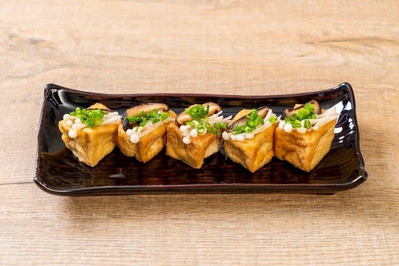 Grillad Tofu med den Shitake champinjonen och den guld- visarchampinjonen royaltyfri fotografi