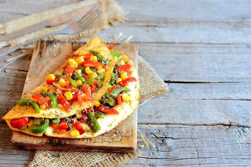 Grillad välfylld omelett för grönsak på gammal träbakgrund med kopieringsutrymme för text arkivfoto