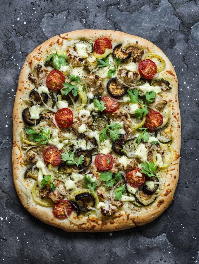 Grillad vegetarisk tunnbröd för grönsaker på en mörk bakgrund, bästa sikt Blomkål aubergine, tomat, vegetarisk pizza för zucchini royaltyfri bild
