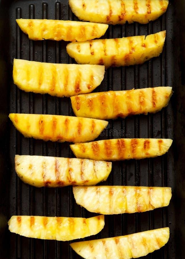 Grillade ananasskivor i en grilla panna, bästa sikt Sommarmat closeup ?ver huvudet plant l?gga, fr?n ?ver royaltyfria bilder