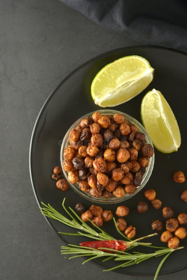 grillade chickpeas Frasig stekte luft läcker sund mat Vegetarisk mat eller att förlora viktmellanmålet royaltyfri bild