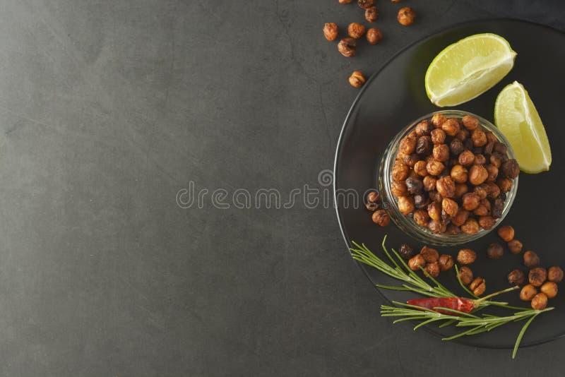 grillade chickpeas Frasig stekte luft läcker sund mat Vegetarisk mat eller att förlora viktmellanmålet royaltyfri fotografi