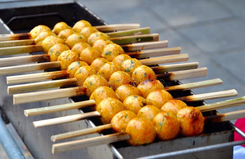 Grillade fiskbollar för gata mat arkivfoto