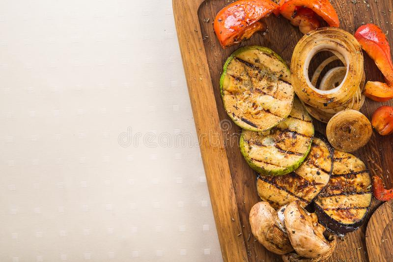 grillade grönsaker, aubergine, zucchini, champinjoner, peppar royaltyfri foto