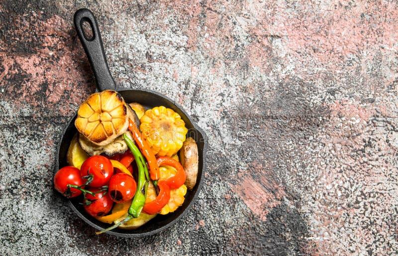 Grillade grönsaker i en panna royaltyfri fotografi