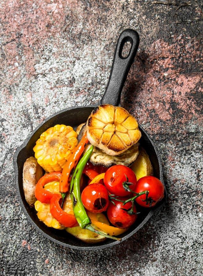 Grillade grönsaker i en panna fotografering för bildbyråer