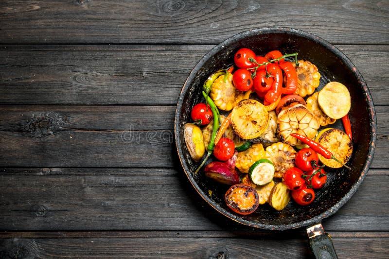 Grillade grönsaker i en panna arkivfoto