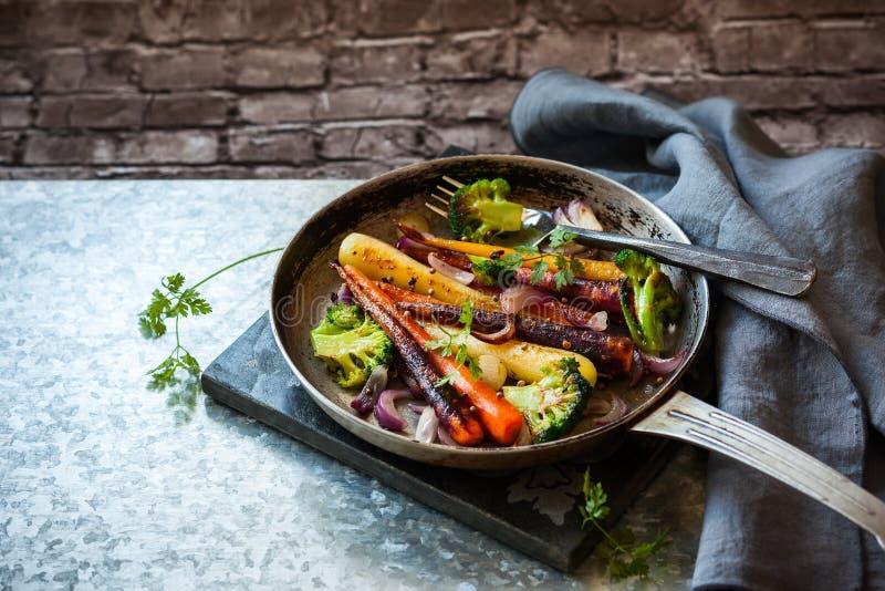 Grillade grönsaker i panna royaltyfri bild
