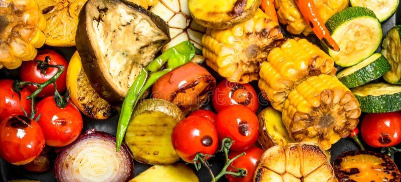 Grillade grönsaker i panna royaltyfri foto