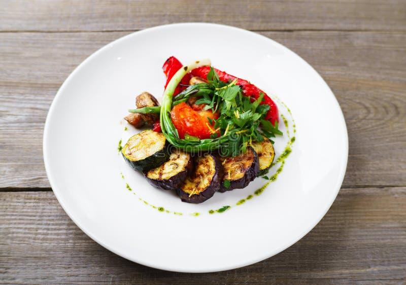 Grillade grönsaker med örter och balsamic vinäger royaltyfria foton