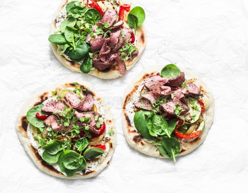 Grillade grönsaker och grillade bifftortillor Läcker aptitretare, tapas, mellanmål i medelhavs- stil på en ljus bakgrund arkivfoton