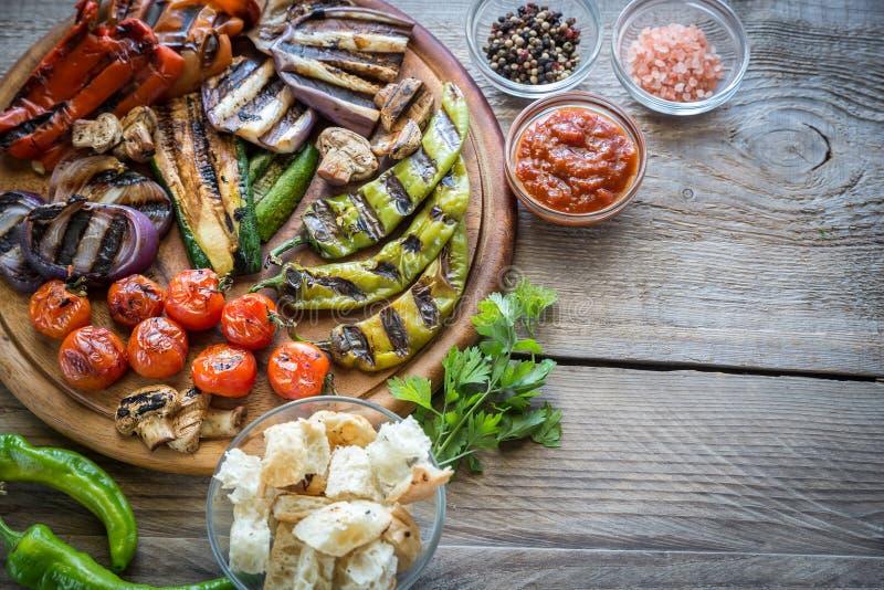 Grillade grönsaker på träbrädet royaltyfri fotografi