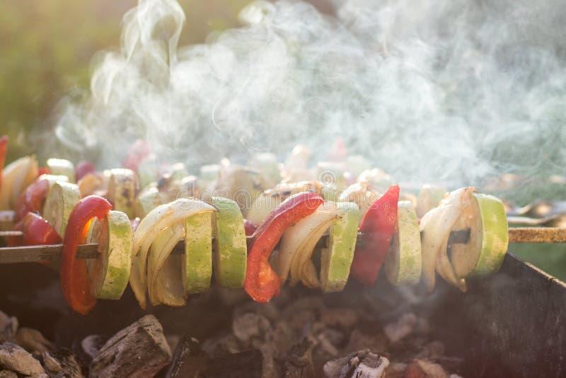 Grillade grönsaker, zucchini, lökar och röd peppar, med lottnolla royaltyfri fotografi