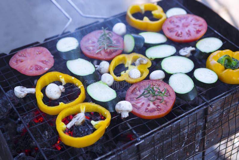 grillade gr?nsaker grönsaker på kuggen grönsaker på branden öppna gallersäsongen arkivbilder