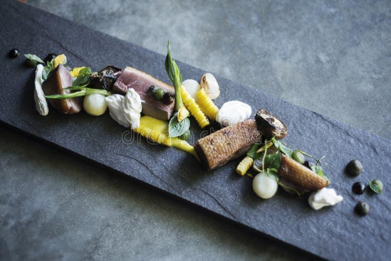 Grillade grisköttgräddfil och grönsaker på moderna grå färger kritiserar arkivbilder