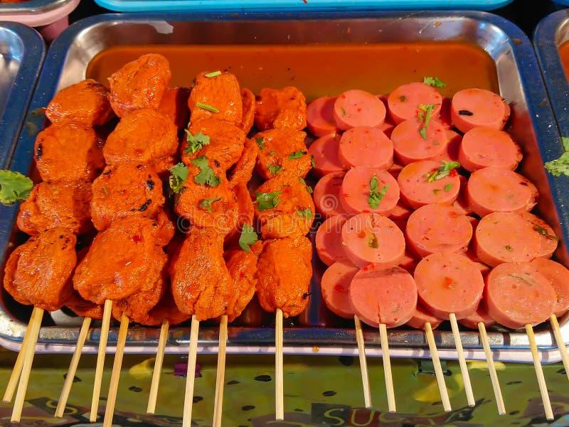 Grillade grisköttköttbullar och köttbullar arkivfoto