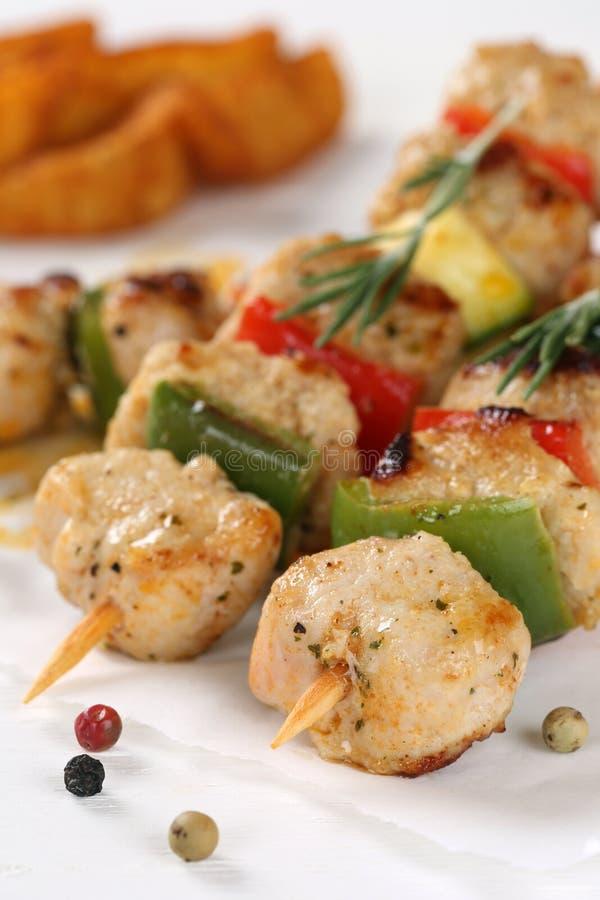 Grillade höna- eller kalkonköttsteknålar med grönsaker och potat arkivbilder