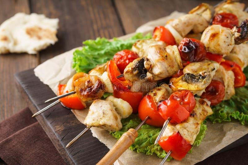 Grillade höna- eller kalkonsteknålar med champinjoner och grönsaker fotografering för bildbyråer