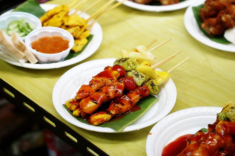 Grillade höna och grönsaker, Thailand gatamat arkivfoton