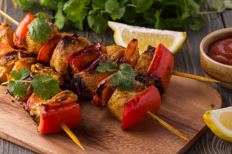 Grillade höna- och grönsakkebaber royaltyfria foton
