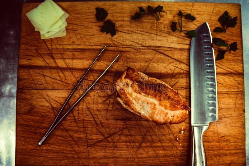 Grillade hönafiléer på träskärbräda arkivfoto