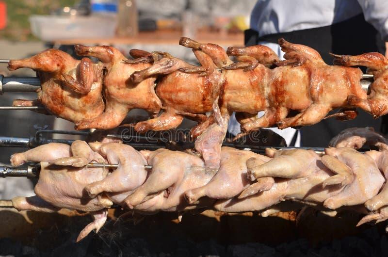 Grillade hönor på det utomhus- gallret grillad meat fotografering för bildbyråer