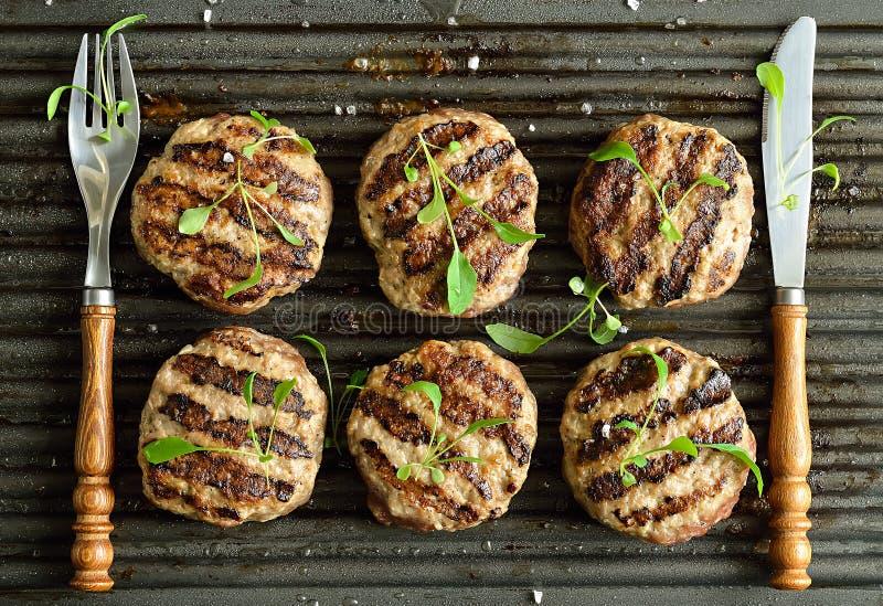 grillade hamburgare fotografering för bildbyråer