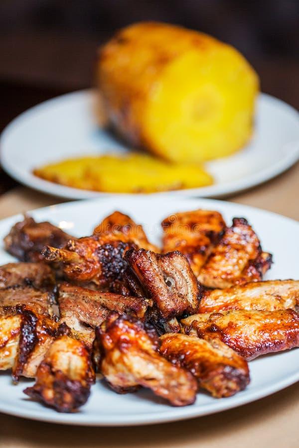 Grillade kött, varma stycken på en maträtt arkivbild