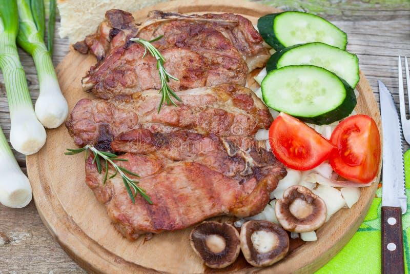 Grillade köttbiff och nya grönsaker royaltyfri fotografi