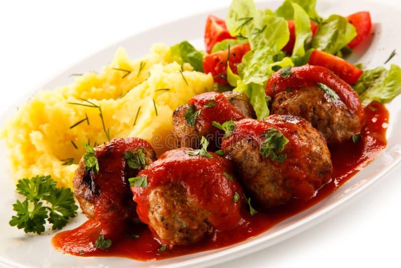Grillade köttbullar, mosade potatisar och grönsaker fotografering för bildbyråer