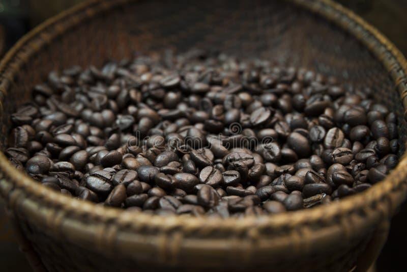 Grillade kaffebönor i den vide- korgen arkivbild