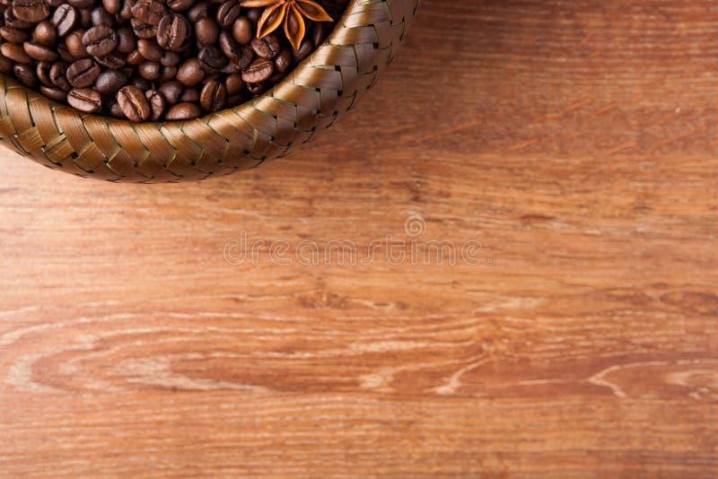 Grillade kaffebönor i en bambukorg fotografering för bildbyråer