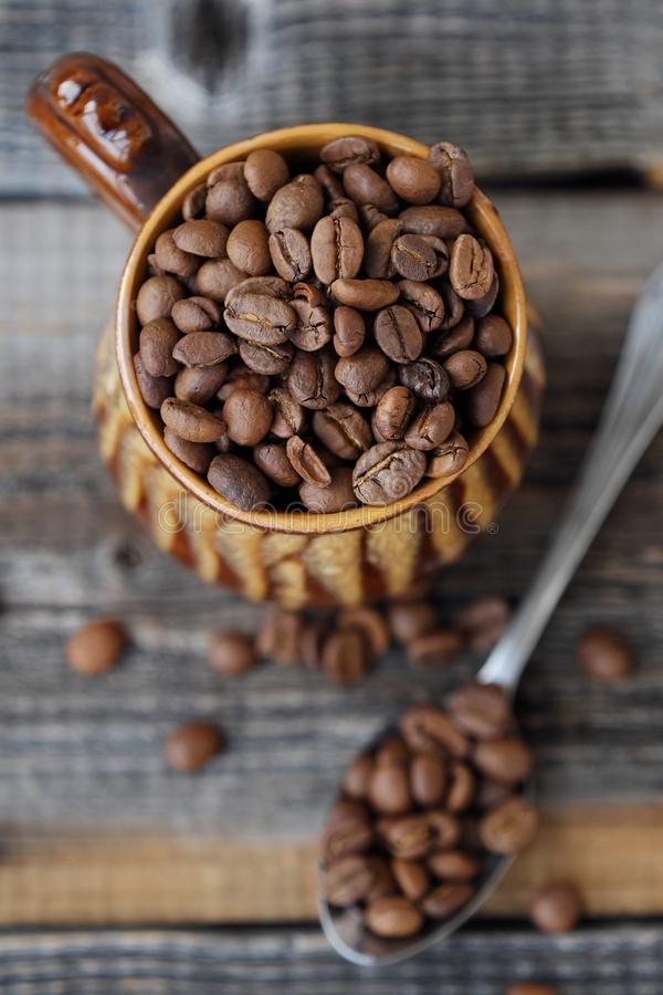 Grillade kaffebönor i en lera rånar arkivfoto