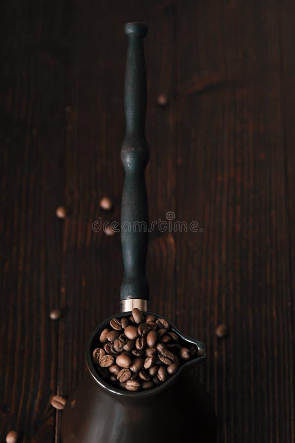 Grillade kaffebönor i härlig kopparturk arkivbilder
