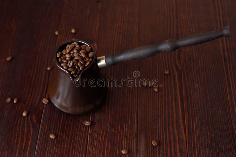 Grillade kaffebönor i härlig kopparturk royaltyfria bilder