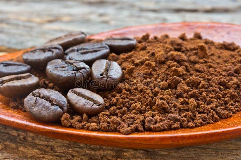Grillade kaffebönor och jordkaffe royaltyfria bilder