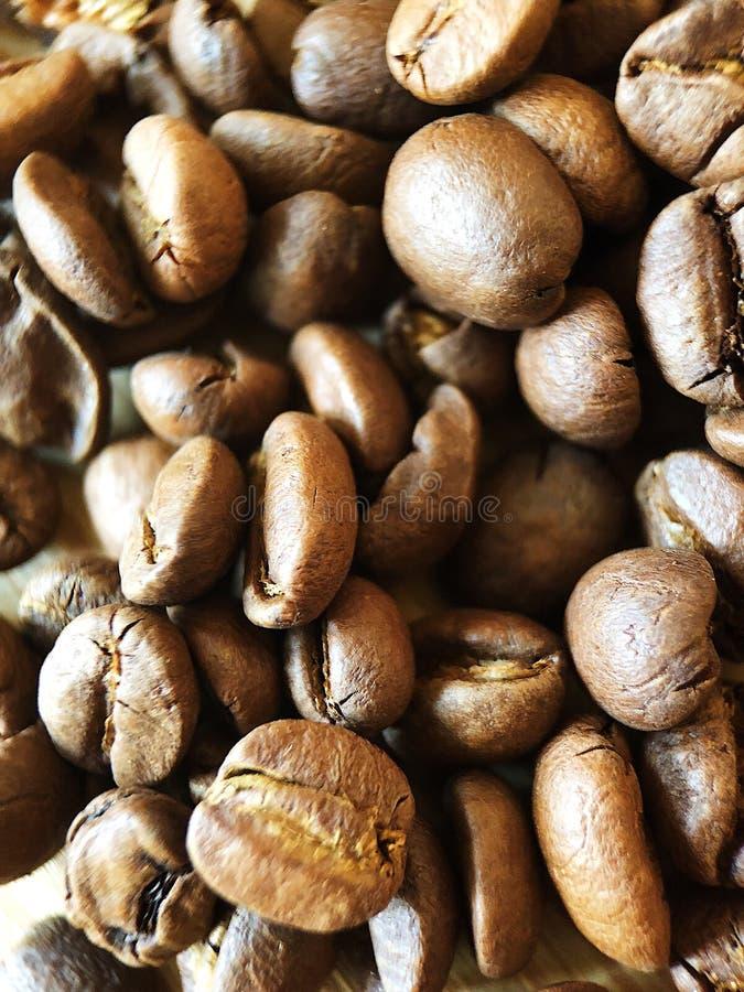 Grillade kaffebönor på tabellslutet upp royaltyfri foto