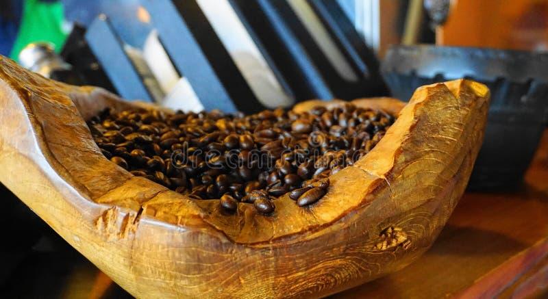Grillade kaffebönor på träplattan arkivfoto