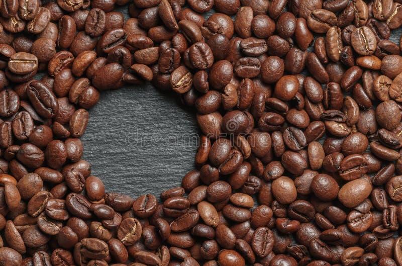 Grillade kaffebönor som bakgrundsslut upp arkivbilder