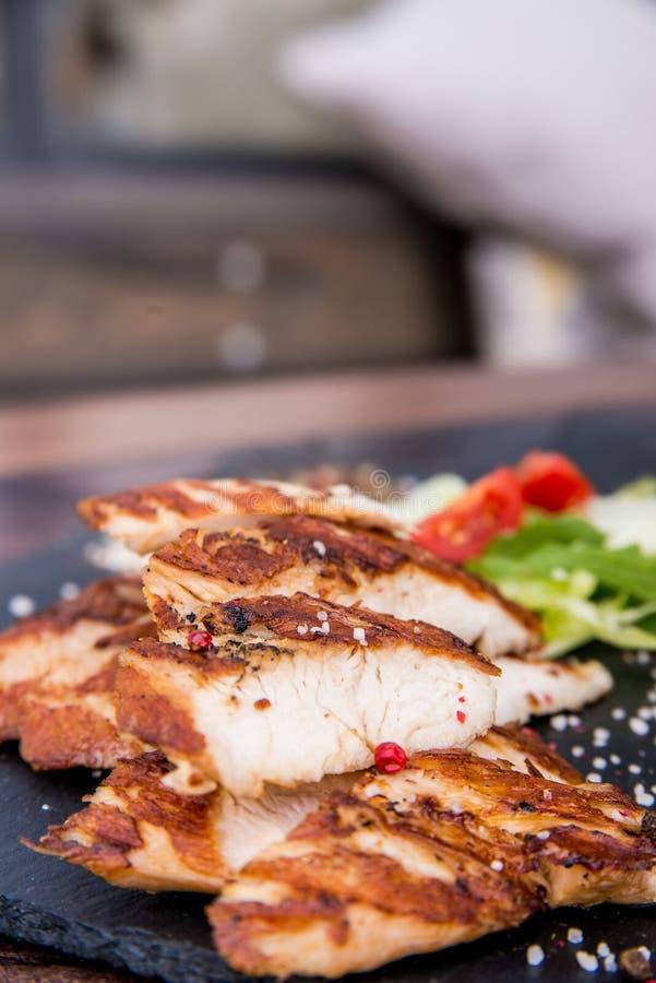 Grillade kalkonfilé och grönsaker i restaurang arkivfoto