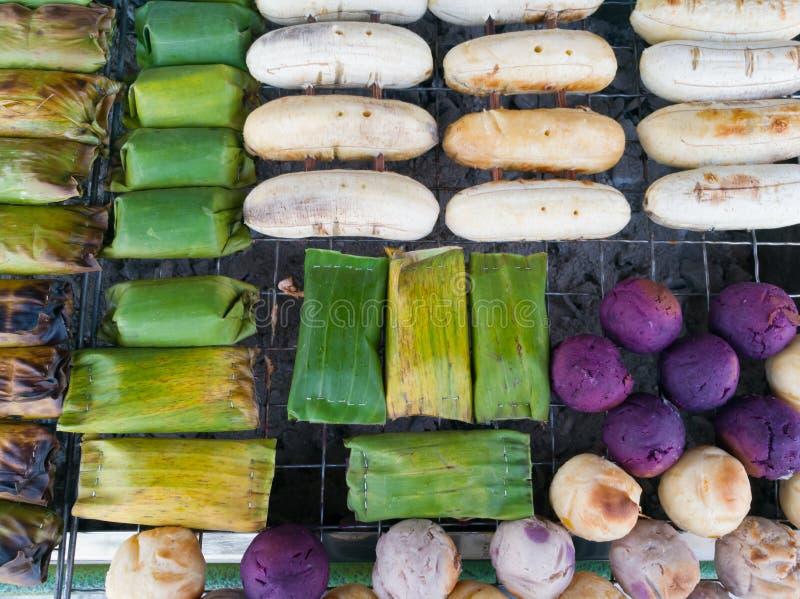 Grillade klibbiga ris för banan med bananen grillar och grillar gallret fotografering för bildbyråer