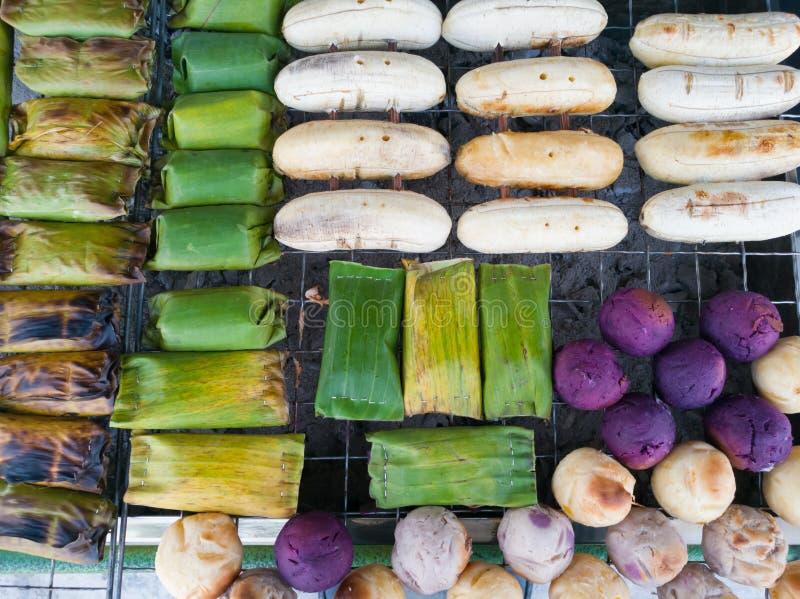 Grillade klibbiga ris för banan med bananen grillar och grillar gallret royaltyfri fotografi