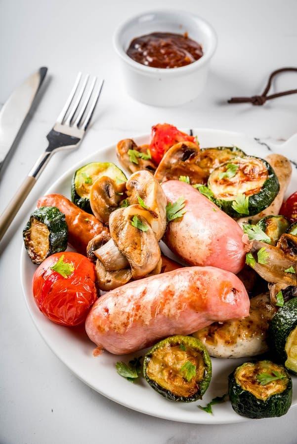 Grillade korvar och grönsaker arkivfoto